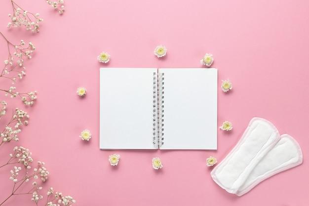 Tampons, damenbinden und leeres papier Premium Fotos
