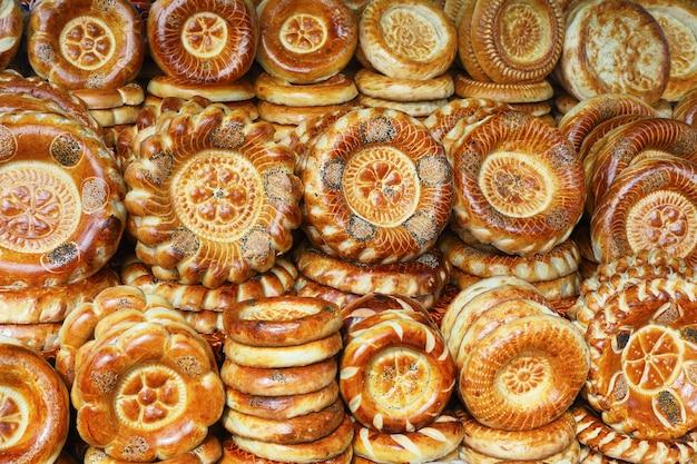 Tandyr-kuchen - brot aus zentralasien. Premium Fotos