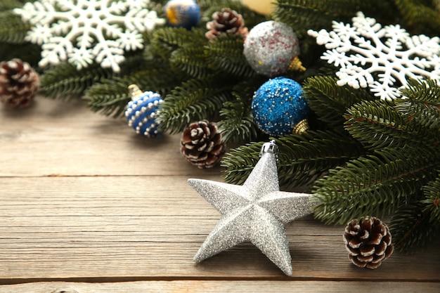 Tannenbaumaste mit silberner und blauer weihnachtsdekoration auf einem grauen hintergrund Premium Fotos