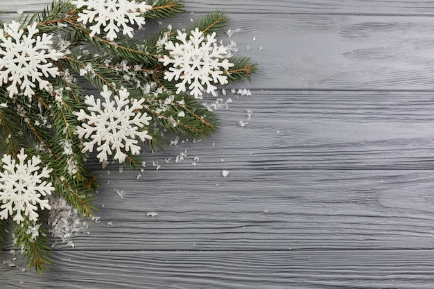 Tannenzweig mit verzierungsschnee und papierschneeflocken Kostenlose Fotos