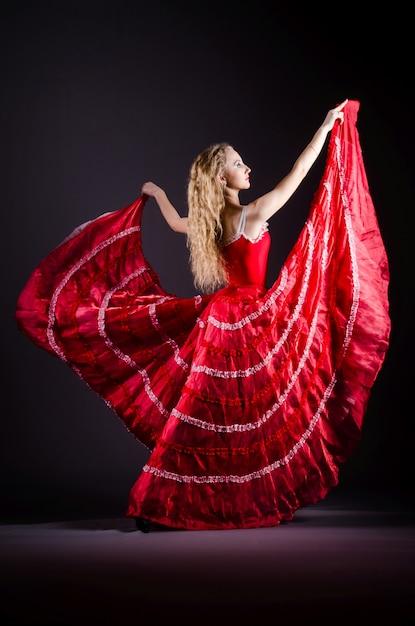 Tanzen der jungen frau im roten kleid Premium Fotos