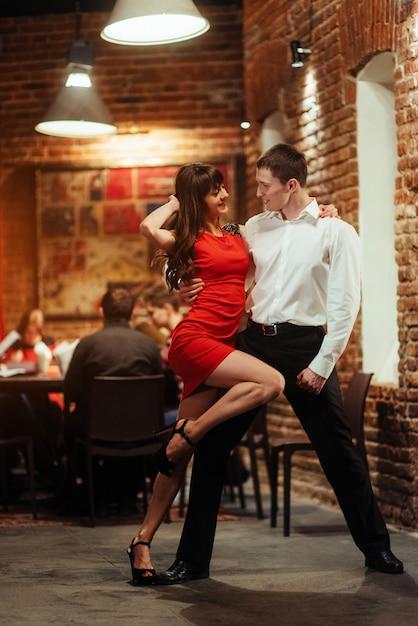 Tanzen junges paar auf weißem hintergrund. leidenschaftliche salsa. Premium Fotos