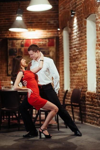 Tanzen junges paar auf weißem hintergrund. leidenschaftlicher salsa dan Premium Fotos