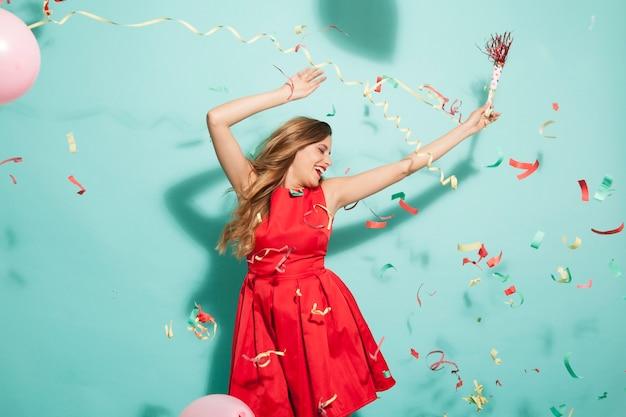 Tanzen mädchen auf party mit konfetti Kostenlose Fotos