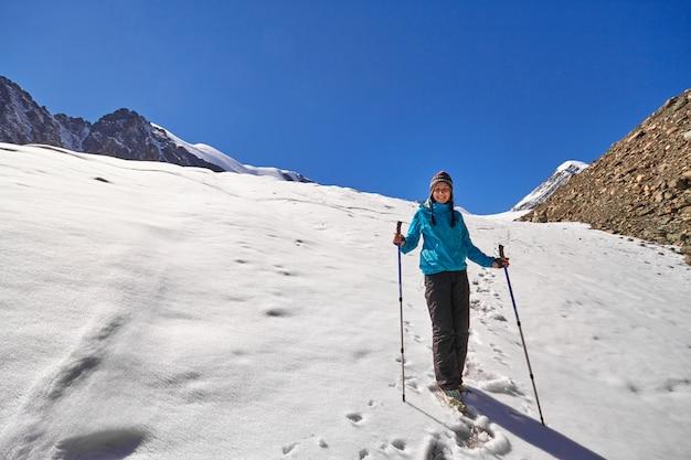 Tapferes mädchen, das bergspitzen der altai-berge erobert Premium Fotos