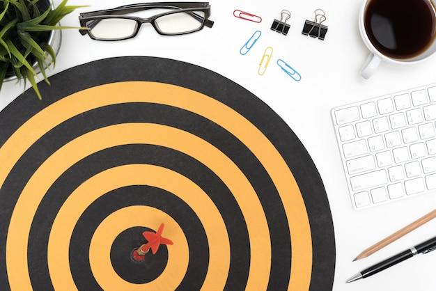 Target pfeil schlagen auf bullseye über büro schreibtisch tisch Kostenlose Fotos