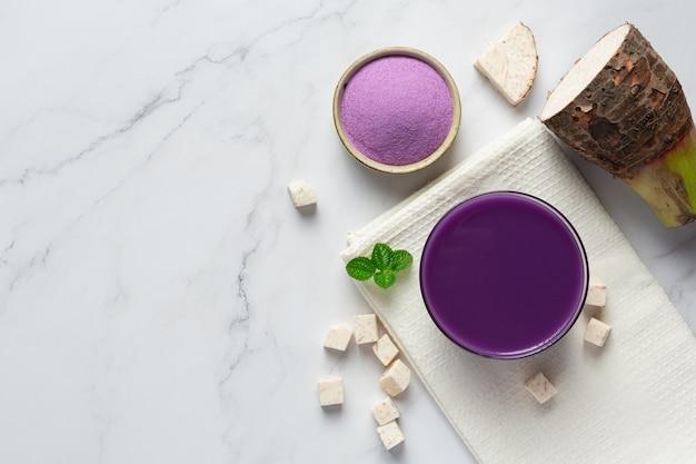 Taro kartoffel eistee auf dem tisch Kostenlose Fotos