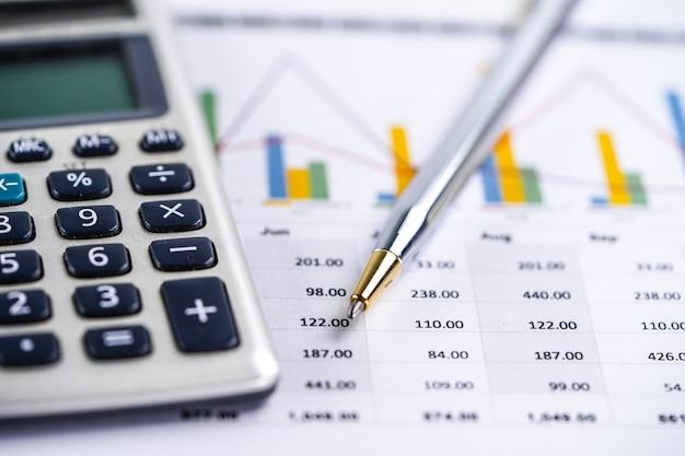 Taschenrechner, diagramme und diagramme. finanzen, konto, statistik und wirtschaft. Premium Fotos