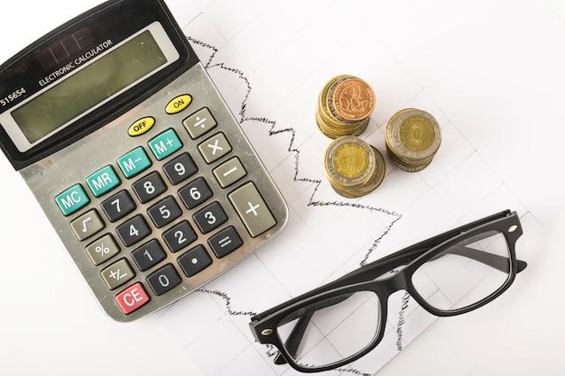 Taschenrechner mit münzen auf tabelle Kostenlose Fotos