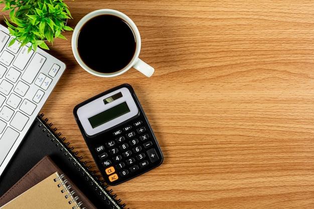 Taschenrechner und büroartikel auf holztisch Premium Fotos