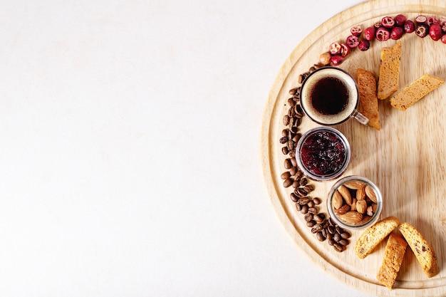 Tasse espresso mit preiselbeer-cantucci Premium Fotos