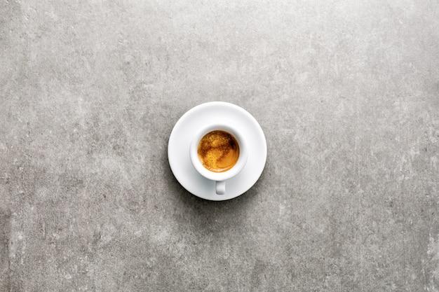 Tasse frisch zubereiteten kaffee in der tasse serviert Kostenlose Fotos