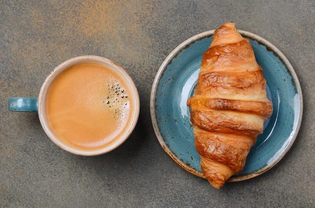 Tasse frischen kaffee mit croissant. Premium Fotos