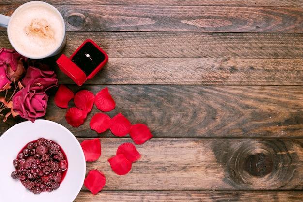 Tasse getränk, blumen, marmelade, blütenblätter und ring in geschenkbox Kostenlose Fotos