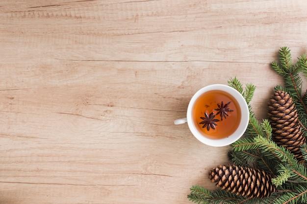 Tasse getränk in der nähe von nadelbäumen und baumstümpfen Kostenlose Fotos
