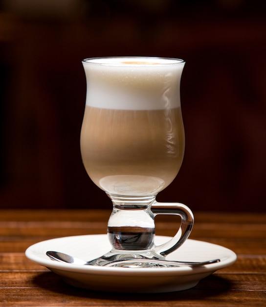 Tasse heißen latte mit schaum Kostenlose Fotos