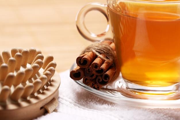 Tasse heißen tee auf dem handtuch Kostenlose Fotos