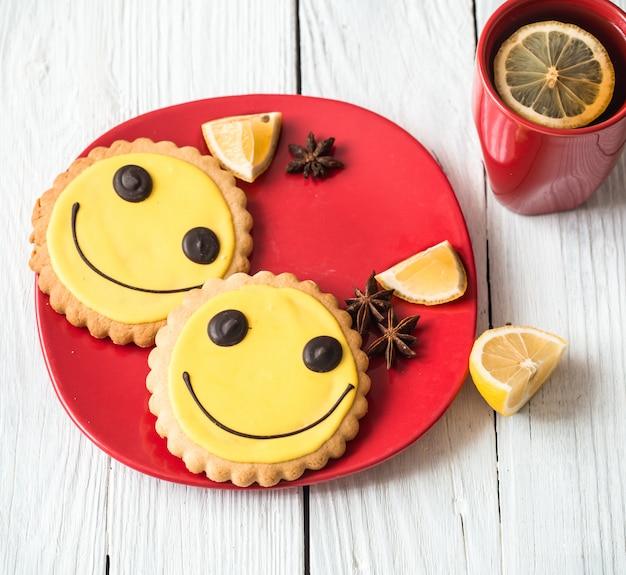 Tasse heißen tee mit zitrone und keksen Premium Fotos
