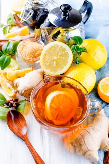 Tasse heißer tee mit zitrone und ingwer Premium Fotos