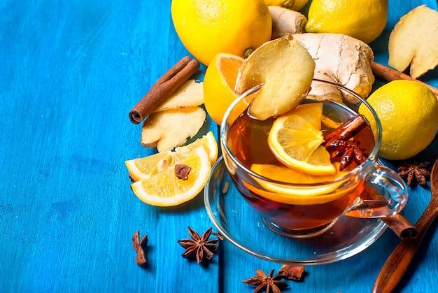 Tasse ingwertee mit zitrone und honig auf dunkelblauem untergrund, Premium Fotos
