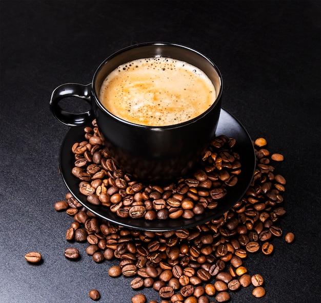 Tasse kaffee auf schwarz Premium Fotos