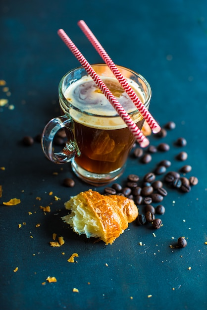 Tasse kaffee mit croissanton Premium Fotos