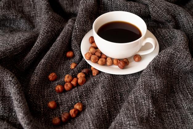 Tasse kaffee mit haselnüssen Kostenlose Fotos