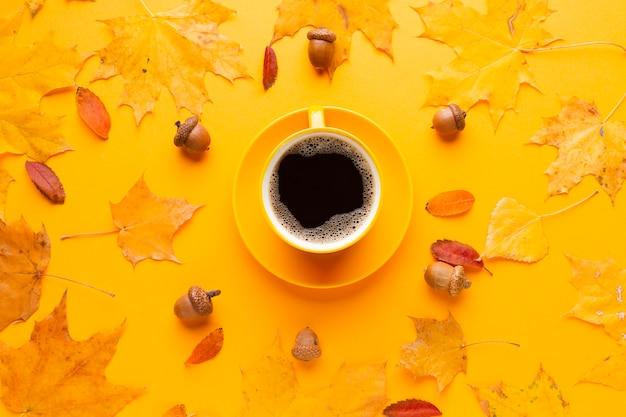 Tasse kaffee mit herbstlaub Kostenlose Fotos