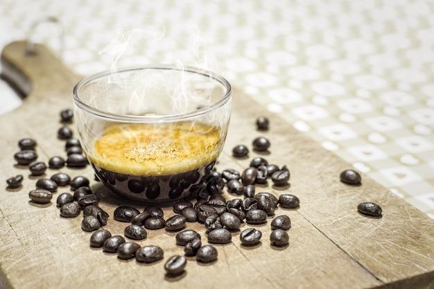 Tasse kaffee mit kaffeebohnen Premium Fotos