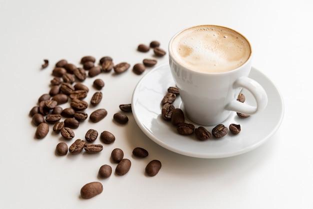 Tasse kaffee mit kaffeebohnen Kostenlose Fotos