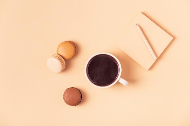Tasse kaffee mit makronen draufsicht Premium Fotos