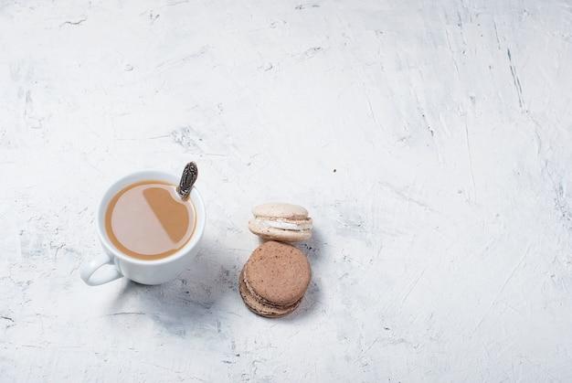 Tasse kaffee mit milch und makronen Premium Fotos