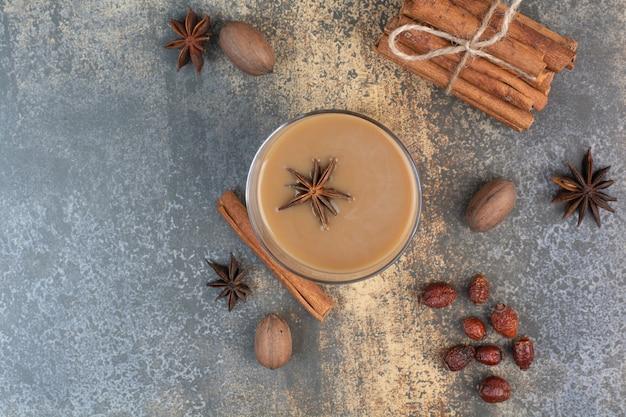 Tasse kaffee mit zimtstangen auf marmorhintergrund. hochwertiges foto Kostenlose Fotos