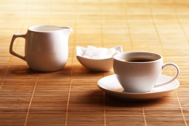 Tasse kaffee mit zucker und sahne Kostenlose Fotos