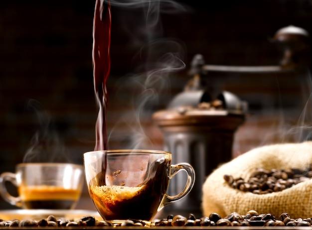 Tasse kaffee und kaffeebohnen Premium Fotos