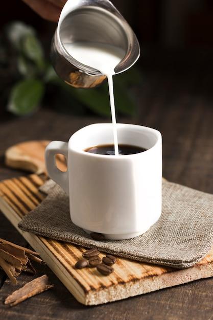 Tasse kaffee und milch im wasserkocher Kostenlose Fotos