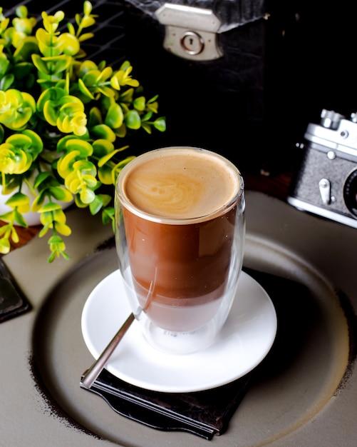 Tasse kaffee und pflanze auf dem tisch Kostenlose Fotos