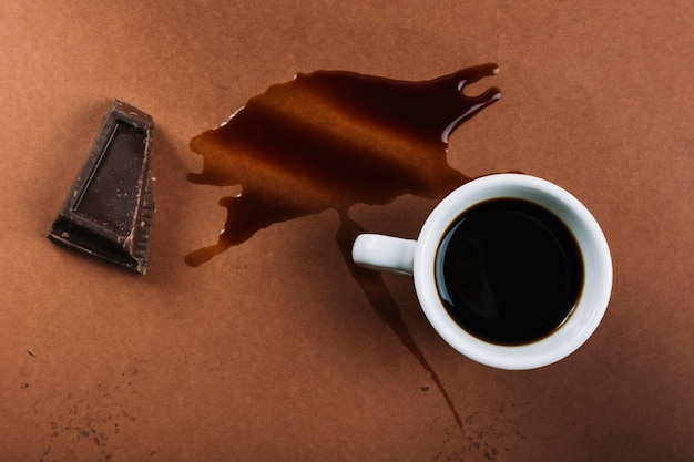 Tasse kaffee und schokolade nahe spritzer getränk Kostenlose Fotos