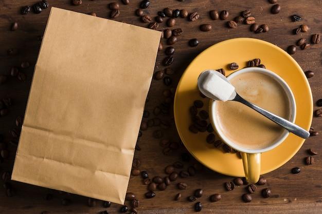 Tasse kaffee und zucker nahe paket Kostenlose Fotos