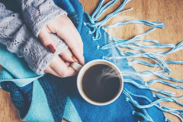 Tasse kaffee zum frühstück in seinen händen. selektiver fokus Premium Fotos