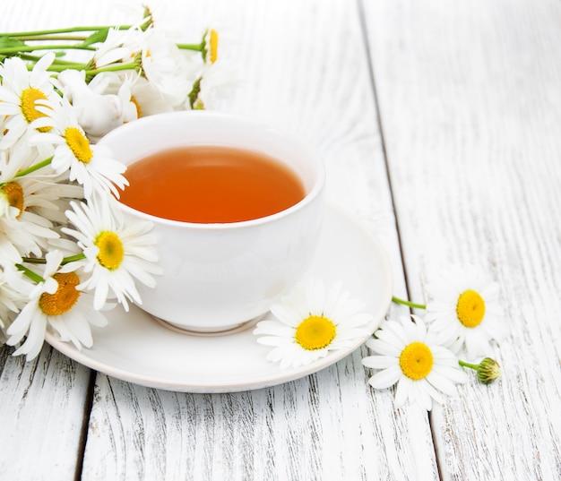Tasse kräutertee mit kamillenblüten Premium Fotos
