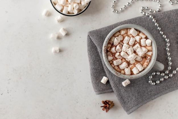 Tasse mit einem heißen getränk und mini marshmallows in einer festlichen atmosphäre. weiß mit copyspace Premium Fotos