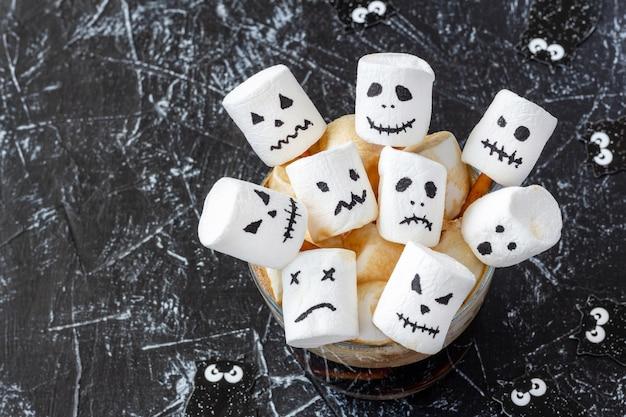 Tasse mit heißer schokolade und marshmallow mit halloween Premium Fotos