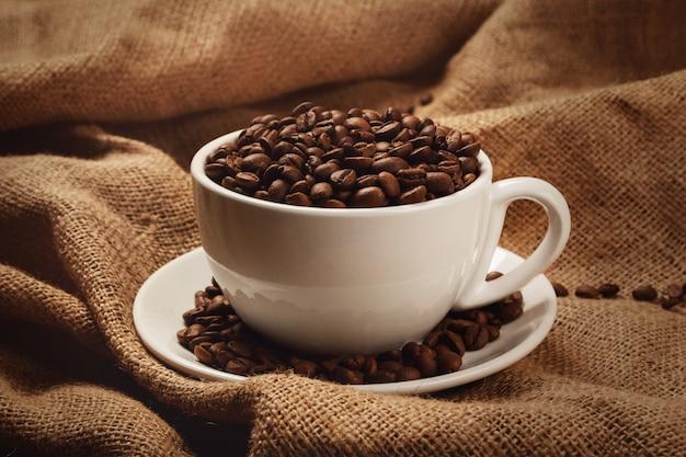 Tasse mit kaffeebohnen gefüllt Premium Fotos