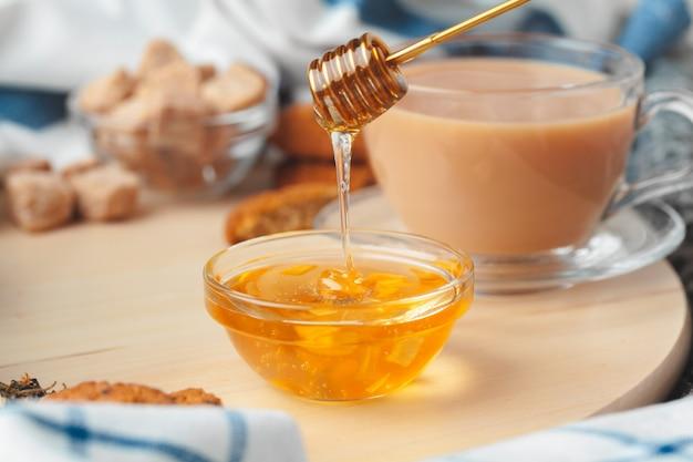 Tasse mit kräutertee und honig und trockenem kräutertee Premium Fotos