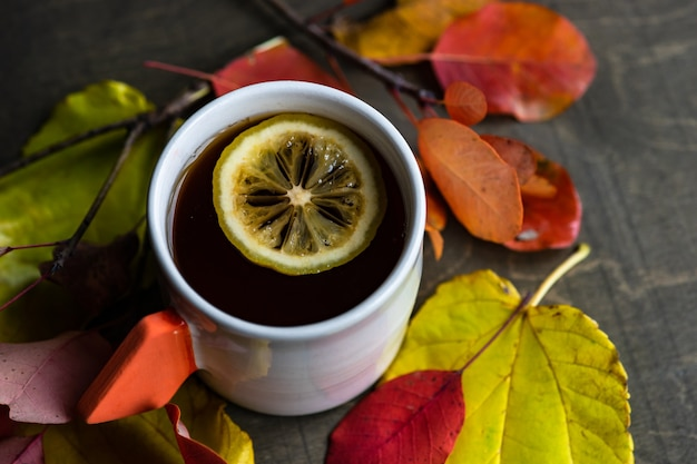 Tasse schwarzen tee und zitrone auf hölzernem hintergrund mit kopienraum Premium Fotos