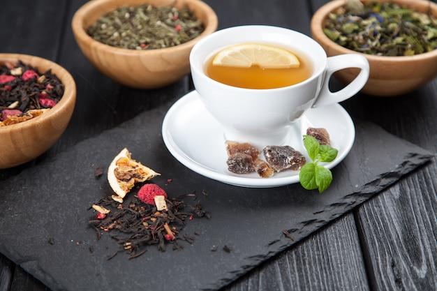 Tasse tee auf dunkel Premium Fotos