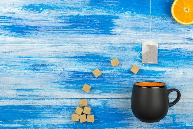 Tasse tee auf einem blauen hintergrund Premium Fotos