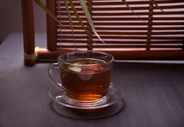 Tasse tee in der orientalischen art auf einem holztisch Premium Fotos