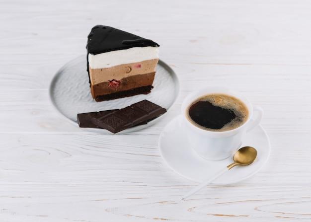 Tasse tee; köstliches gebäck mit schokoriegel zum frühstück auf holztisch Kostenlose Fotos